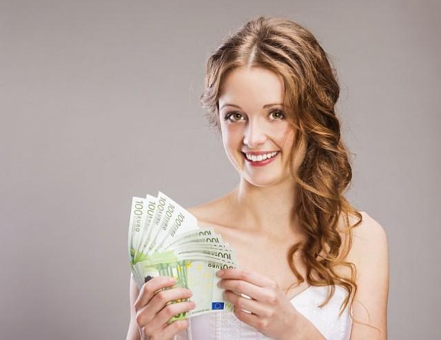 Braut mit Geldscheinen in der Hand