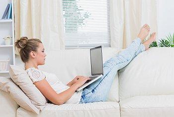 Frau liegt auf Sofa und meldet sich bei rec-orders an