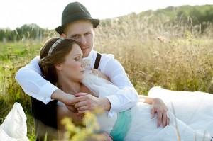 Brautpaar liegt entspannt im Kornfeld