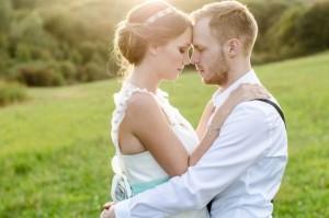 Verliebtes Brautpaar umarmt sich