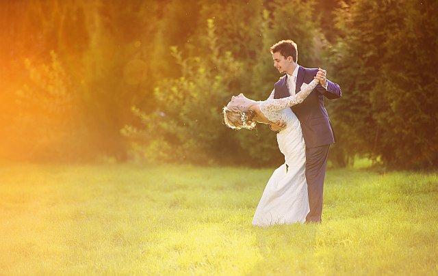 Brautpaarshooting im Park beim Sonnenschein