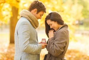 Mann schenkt Frau Verlobungsring