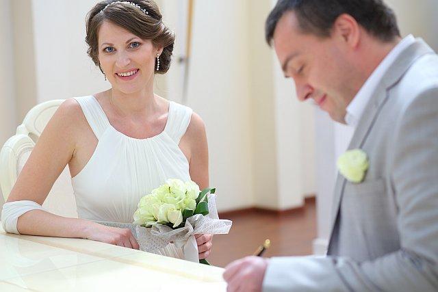 Braut und Bräutigam unterzeichnen einen Vertrag