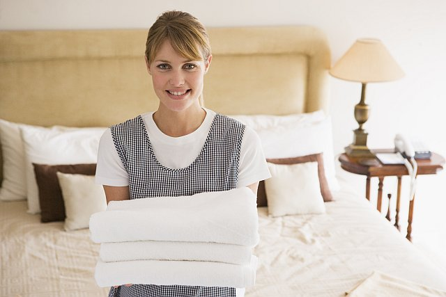 Zimmermädchen mit Handtüchern