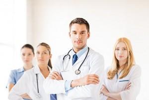 Ärzteteam posiert für Mitarbeiterfotos