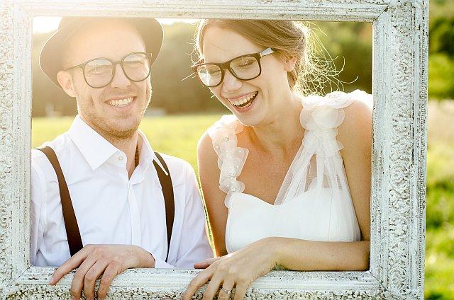 Brautpaar macht Fotos in einem Bilderrahmen