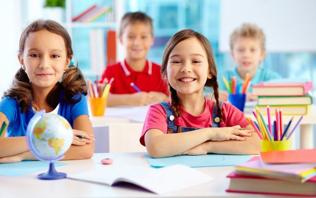 Fotos einer Gruppe von Schülern im Klassenzimmer