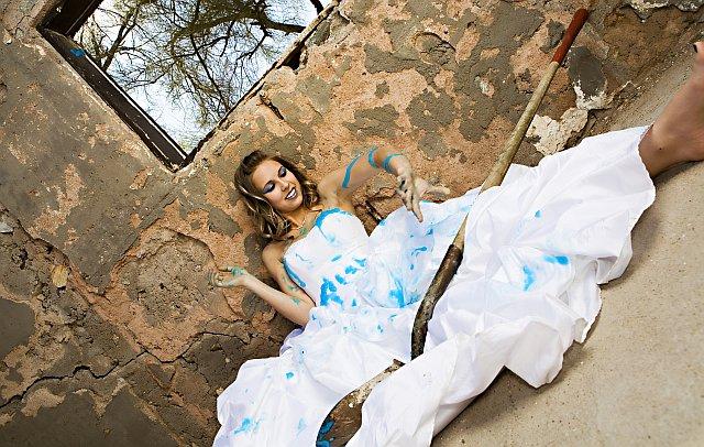 Braut schmiert ihr Hochzeitskleid mit Farbe ein