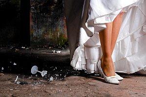 Braut wirft Sektglass auf Boden