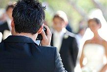 Hochzeitsfotograf fotografiert ein Brautpaar