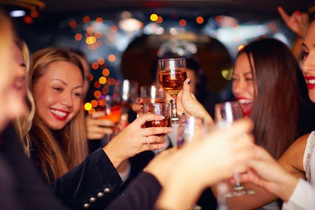 Frauen stoßen in Bar an