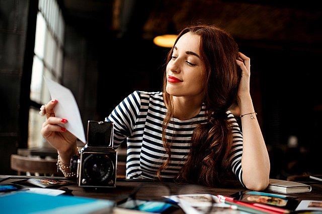 Fotografin schaut sich Bilder an