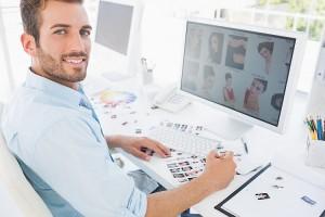Fotograf sitzt am Computer