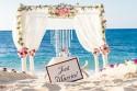 """Schild am Strand mit """"Just Married"""""""