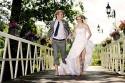 Brautpaar rennt über Brücke