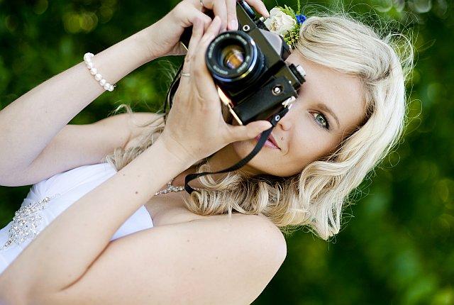 Hochzeitsfotografin mit Kamera
