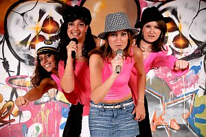 Junggesellinnen im Fotostudio machen Karaoke