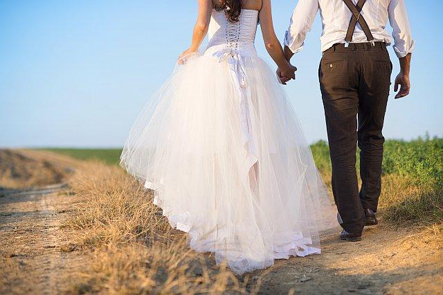 Brautpaar auf einem Feld