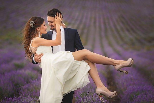 Brautpaarshooting auf einem Feld
