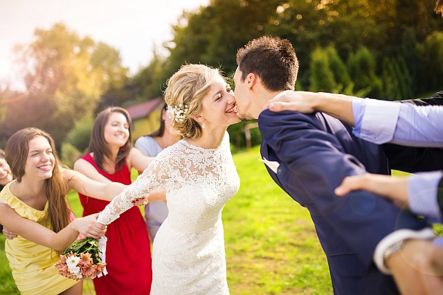Brautpaar macht Späße