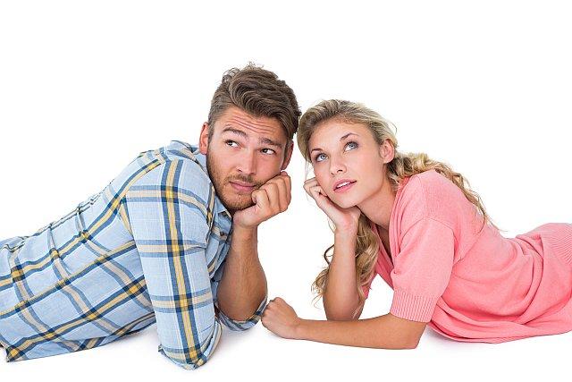 Junges paar denkt über Hochzeitsplanung nach