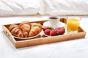 Frühstückstablett im Hotelzimmer