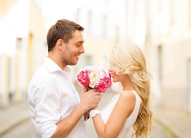 Man schenkt Frau Blumenstrauss