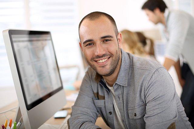 Fotograf sitzt am PC