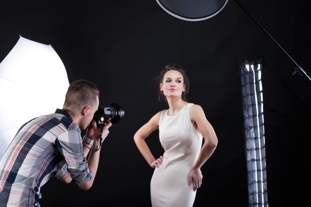 Fotograf mit Model im Fotostudio - Fotograf mieten!