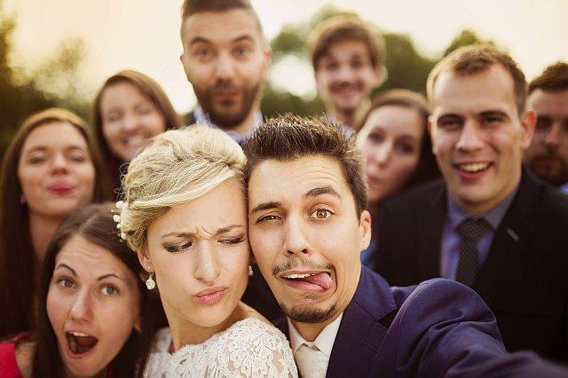 Lustiges Hochzeitsfoto - Brautpaar und Gäste Selfie