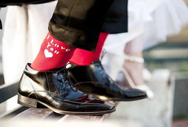"""Bräutigam trägt rote Socken mit """"I love you"""" Schrift"""