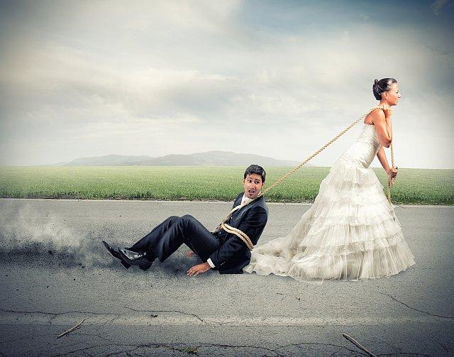 Braut schlepp Bräutigam mit Seil ab