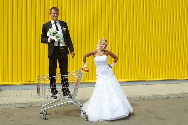 Braut schleppt Bräutigam mit Einkaufswagen ab