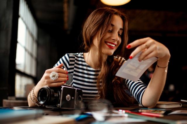Fotografin an ihrem Schreibtisch