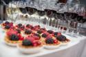 Eventfoto mit Snacks und Getränken