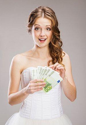 Braut zählt Hundert-Euro Scheine