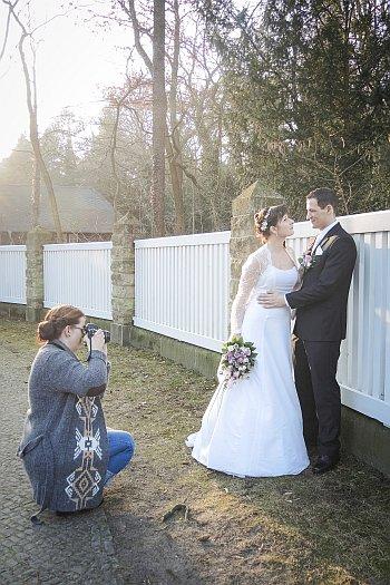 Hochzeitsfotografin fotografiert junges Brautpaar