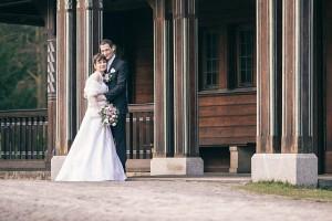 Paarfoto: Hochzeitspaar umarmt sich
