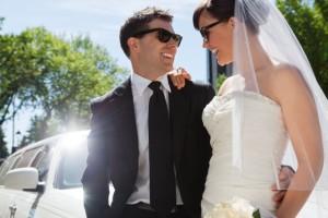 Cooles Brautpaar mit Sonnenbrillen