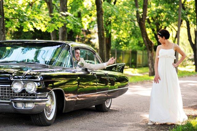 Bräutigam fährt Oldtimer