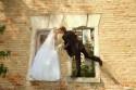 Alternative Hochzeitsfotos, Brautpaar posiert im Fenster eines alten Gebäudes