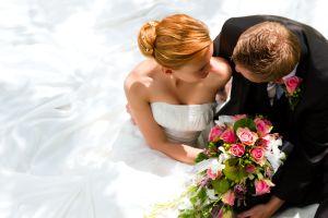 Brautpaar umarmt, Braut mit Brautstrauß, Brautkleid