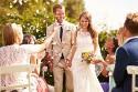 Gäste werfen Konfetti auf Brautpaar