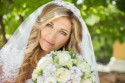 Junge Braut mit Schleier und Brautstrauß