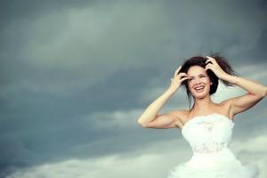 Braut hält Haare fest bei Regen-Wetter