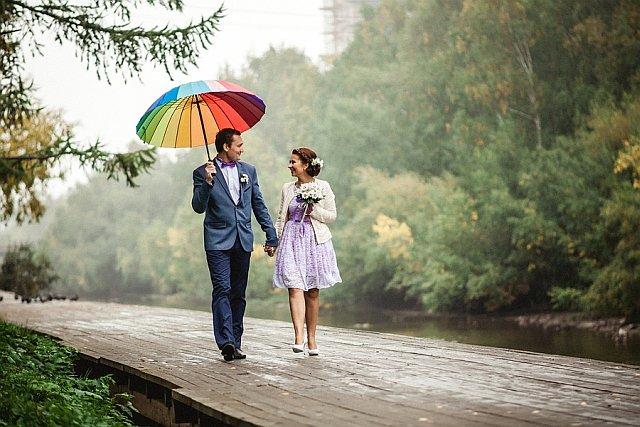 Brautpaar mit buntem Regenschirm