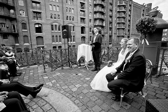 Brautpaar wird in der Hamburger Speicherstadt getraut