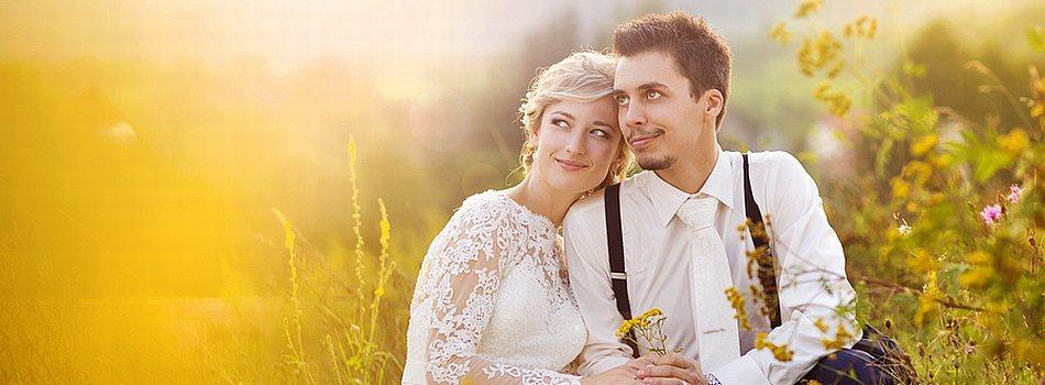 Brautpaar auf Feld