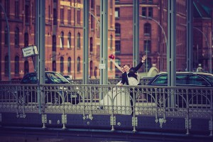 Brautpaar auf einer Brücke in der Hamburger Speicherstadt