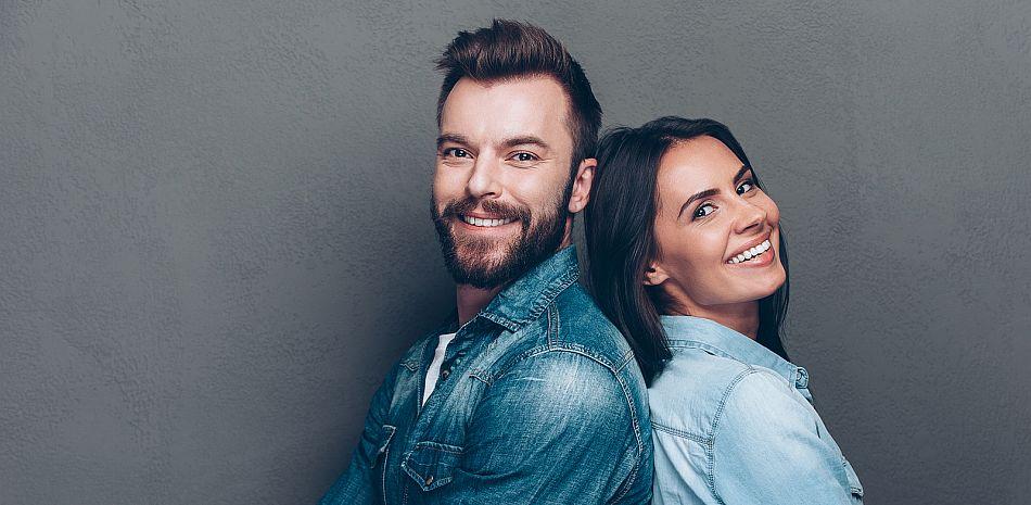 Junges Paar beim Paarshooting im Studio